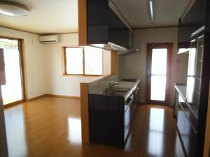 キッチンは濃紺色です!